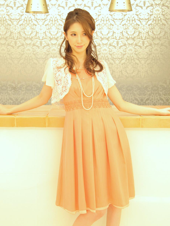 立食パーティーにもピッタリな鮮やかオレンジカラードレス