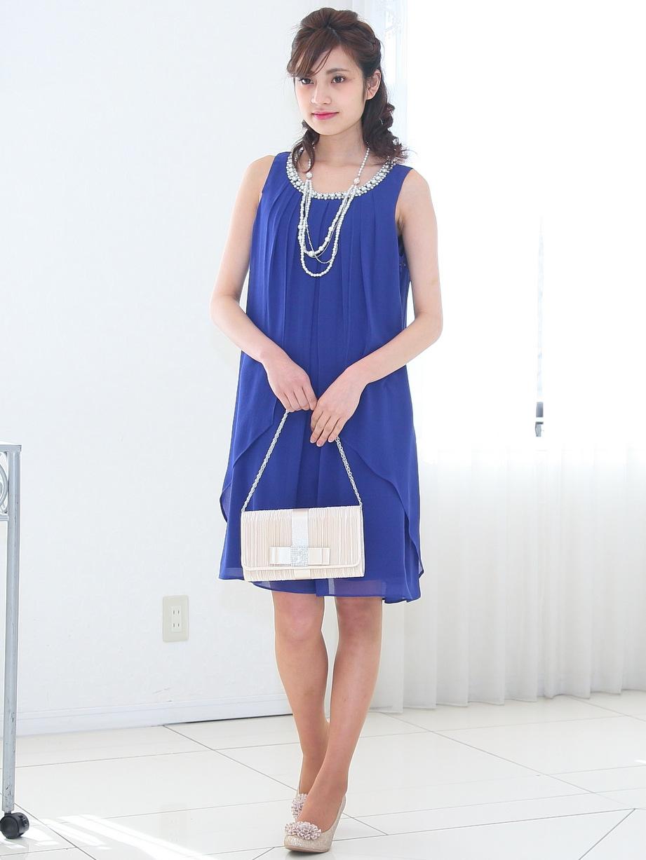 ロイヤルブルーが魅力的なノースリーブドレス