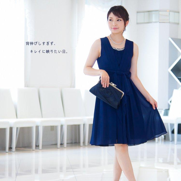 ピンタックがかわいいネイビーブルーのドレス