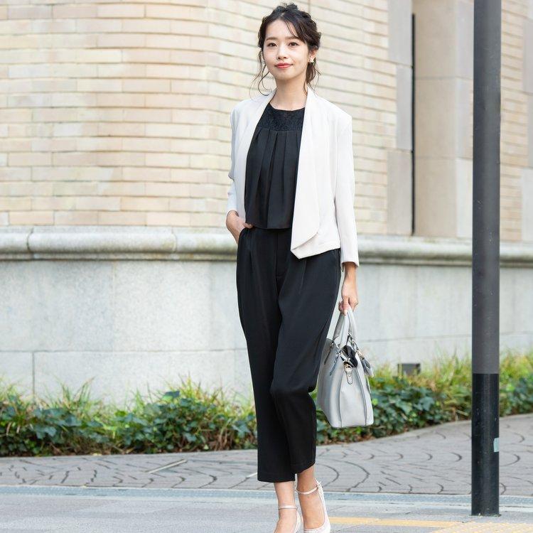 上品で清楚なベージュ&ブラックのパンツスーツ