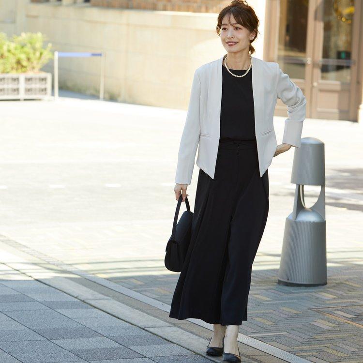 ベージュのジャケットとブラックのパンツドレスのセットスーツ