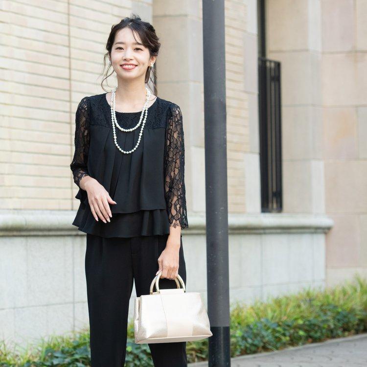 結婚式や披露宴にふさわしい黒のパンツドレス